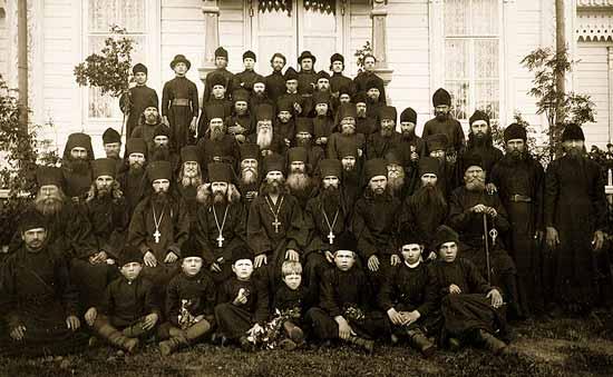 Братия монастыря. Во втором ряду третий слева - о. Нил, четвертый слева - о. Матфей. Сентябрь 1902 г.