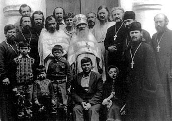 Архимандрит Павел (Груздев) со своей Академией. Рядом с ним стоят оо. Александр Салтыков, Аркадий Шатов, Димитрий Смирнов, Владимир Воробьёв и другие.