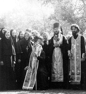Архимандрит Павел (Груздев) с игуменией Варварой, архимандритом Евстафием (Евдокимовым) и сестрами Толгского монастыря.