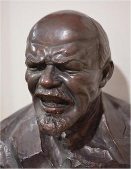 Бюст Ленина, скульптор Г. Лавров. В советское время скульптура была запрещена