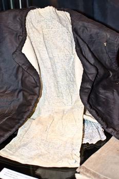 Текст молитв, зашитый в подкладку одежды. Заключенный, носивший такую одежду, подвергал себя смертельной опасности, если бы молитвы были обнаружены