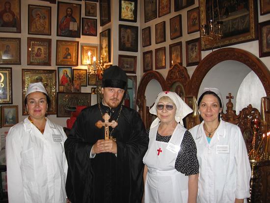 Отец Андрей с сестрами в храме