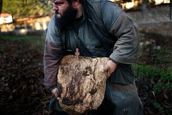 Монах очищает сад от камней. Фото: Трейвис Дав / National Geographic