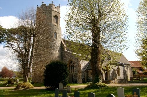 Древняя церковь св. Эдмунда в деревне Тэверхем, Норфолк.