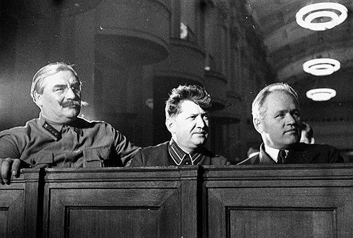 Станислав Реденс (в центре)