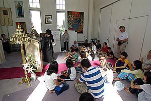 Беседа старших детей со священником Михаилом Таинака. 2008 г. Фото: Пимен Таира
