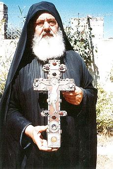 Монах Поликарп с крестом, иногда называемым «крестом равноапостольной Елены», содержащим частицу мощей неизвестного апостола