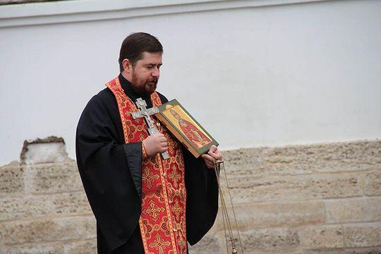 Крестный ход после молебна. Отец Роман с иконой священномученика Измаила