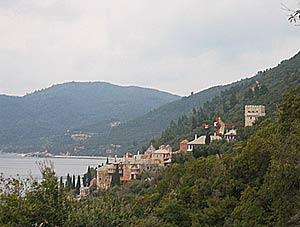 Монастырь окружен оливковыми рощами и плодовыми деревьями