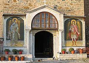 Неусыпные стражи обители архангелы Михаил и Гавриил предстоят, принимают и провожают