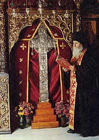 Старец Герман рядом с главной святыней монастыря Ставровуни - частью древа Животворящего Креста Господня