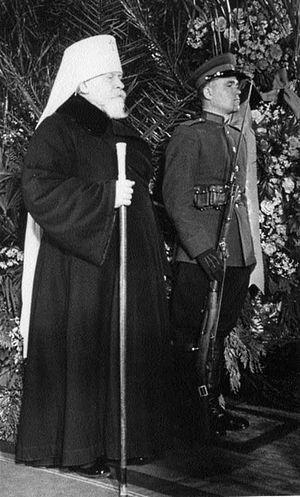 Митрополит Николай у гроба Сталина.