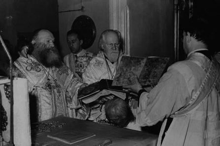 Посвящение архимандрита Василия в епископа Пекинского. Слева - архиепископ Виктор (Святин), в центре - архиепископ Николай (Ярушевич)