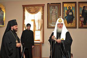 1 июля 2009 г. Святейший Патриарх Кирилл вручает архиепископу Илариону панагию председателей ОВЦС