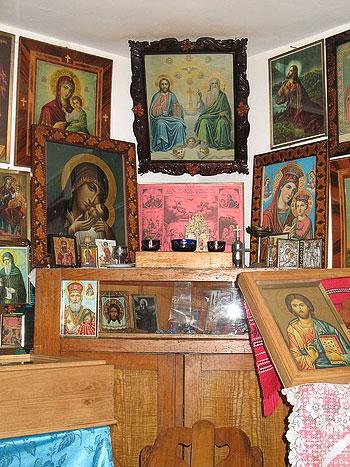 «Красный угол» в келье отца Клеопы. Фото: Православие.Ru