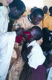 Принимая Причастие угандийцы падают на колени и сильно запрокидывают голову