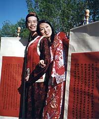Молодожены - православные китайцы держат в руках свитки с текстами Евангелия и Апостола
