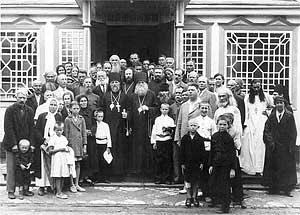 Епископы Ювеналий и Димитрий (Вознесенский), родитель митрополита Филарета, среди духовенства и богомольцев Казанско-Богородицкого монастыря в г. Харбине.