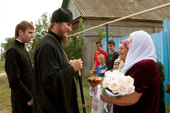 Народ Божий встречает владыку. Фото: А.Яновский