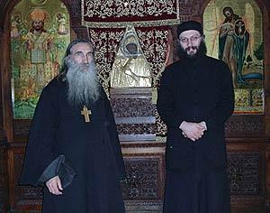У иконы Богородицы Махерас игумен монастыря Епифаний и протоиерей отец Олег Теор