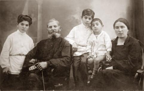 Родителя Патриарха Георгий и Нато (Наталья) Шиолашвили с сыновьями Теймуразом, Шотой и Виктором. 1932 год