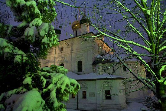 Храм в честь Владимирской иконы Божией Матери ночью. Фото: Михаил Родионов / Православие.Ru