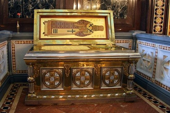 Мощи святителя Филарета в Храме Христа спасителя расположены справа от главного алтаря
