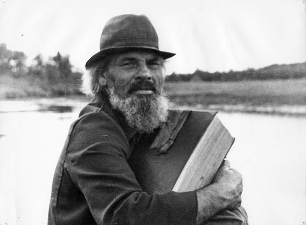 Илья Данилович плывет на лодке в скит, в его руках Псалтирь