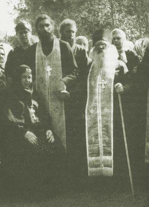 Архимандрит Павел, игумения Варвара, священство и народ. Владимир Белов стоит крайний слева