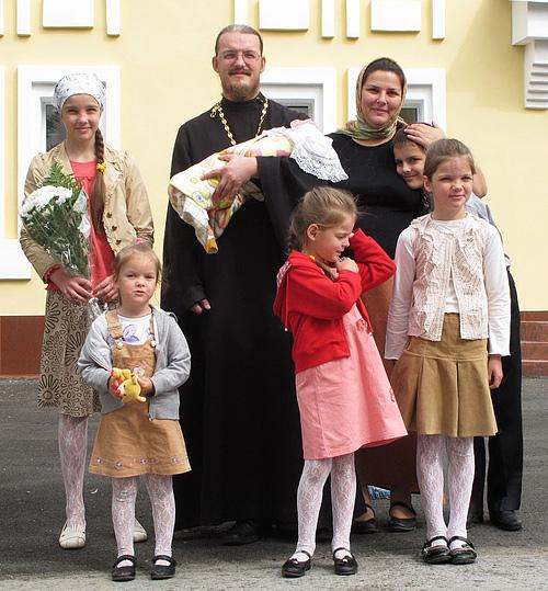 Отец Андрей, матушка Анна Ромашко с детьми