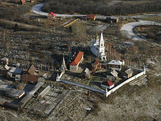 Монастырь и кладбище на горе