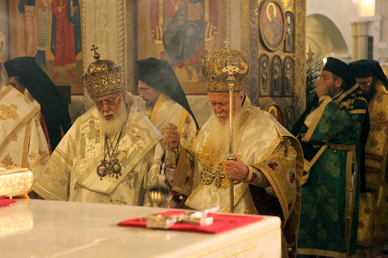 Патриархи Грузинский Илия II и Константинопольский Варфоломей у престола. Фото: Заза Мамулашвили