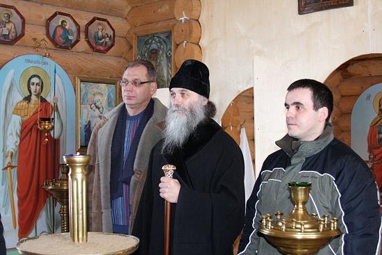 Молитва в часовне села Тельвиска. Фото: Владимир Почечикин