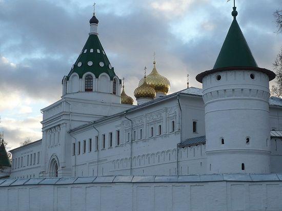 Стены Ипатьевского монастыря.