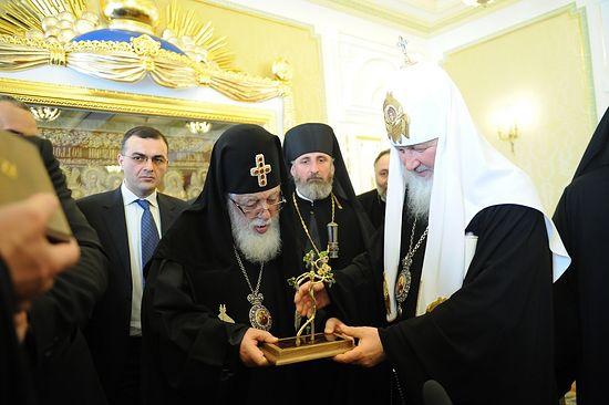 Один из памятных даров, преподнесенных на встрече: Католикос-Патриарх Илия II подарил Патриарху Кириллу крест из виноградной лозы.