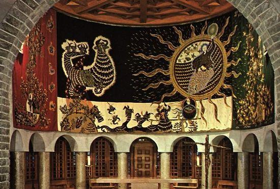 Внутренний интерьер Нотр-Дам-де-Тут-Грас. Композиция носит название «Битва добра и зла»