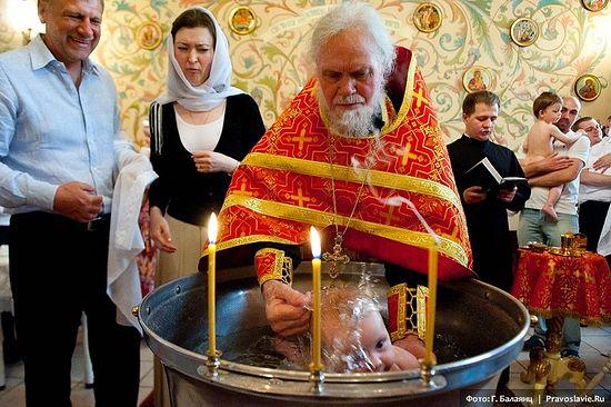 Крещение младенца. Фото: Г. Балаянц / Православие.Ru