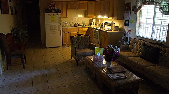 Интерьер общей кухни в гостевом корпусе.
