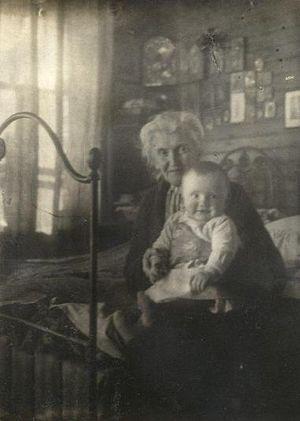 Еще в России: годовалый Михаил Георгиевич Осоргин с бабушкой Елизаветой Ник. Осоргиной, 1930 г.
