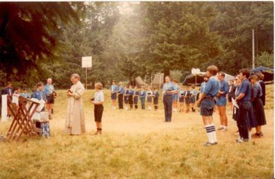 Отец Михаил служит молебен в летнем лагере Витязей. Лафре, Франция, 1981 г.