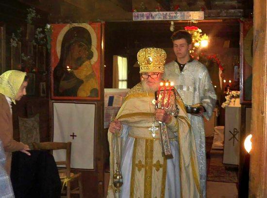 Отец Михаил в своём домовом храме, г. Кламар, Светлая Седмица, 2009 г. . Здесь и далее – фото из семейного архива