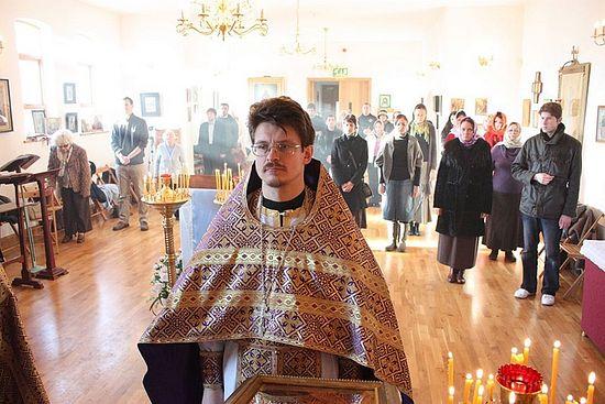 Священник Евгений Селенский на службе в Манчестере