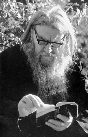 Често је бивало да тај велики риђи монах сједи на клупи, на Светој горки са својом књигом и , одјенувши велике наочаре, усрдно се моли.