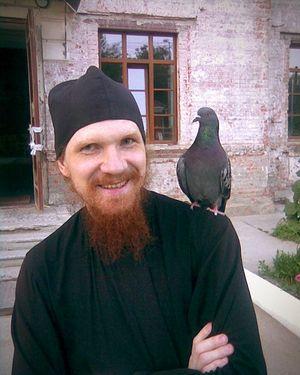 Иеромонах Петр (Бородулин) с голубем Цыпой