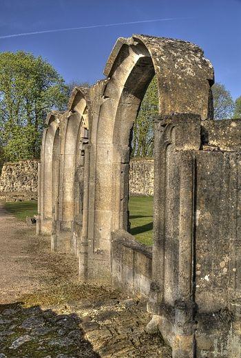 Руины аббатства Хейлс, Глостершир, XIII в. (по преданию, это аббатство хранило сосуд с Кровью Спасителя).