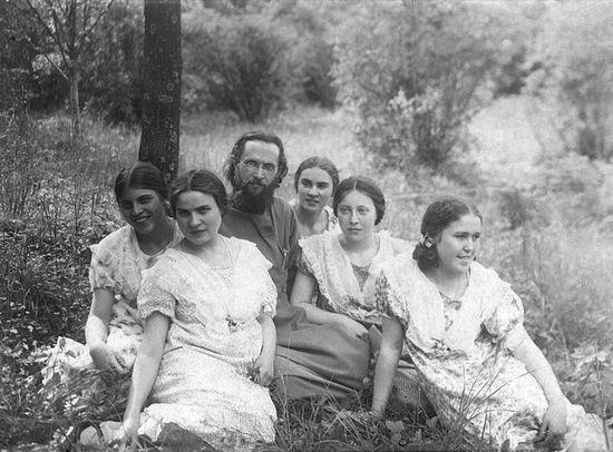 Священномученик Василий Надеждин с духовными чадами. 10 июня 1928 г. Петровско-Разумовское