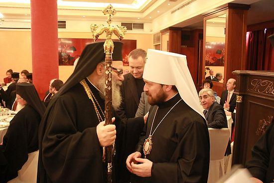 Предстоятель Антиохийской Православной Церкви принимает патриарший жезл ювелирной работы русских мастеров от имени Святейшего Патриарха Кирилла