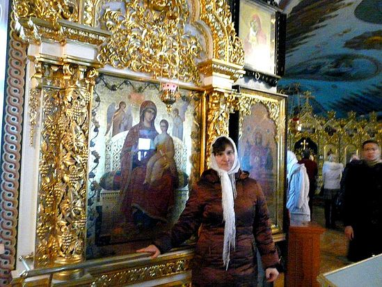 Лена Мельниченко у иконы «Всецарица»
