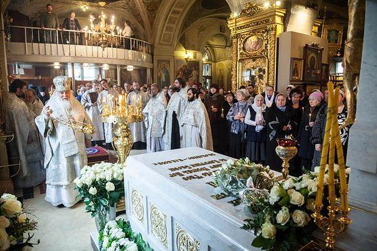 По окончании Литургии архиепископ Арсений совершил панихиду у гробницы Святейшего Патриарха Алексия. Фото: http://www.bogoyavlenskoe.ru/