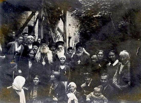 Архиепископ Серафим (Соболев) с верующими